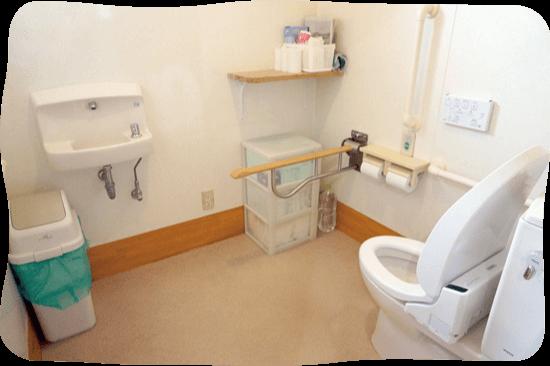 広く清潔なトイレ